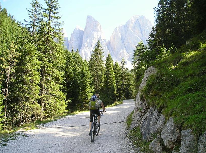 ciclista in montagna generico
